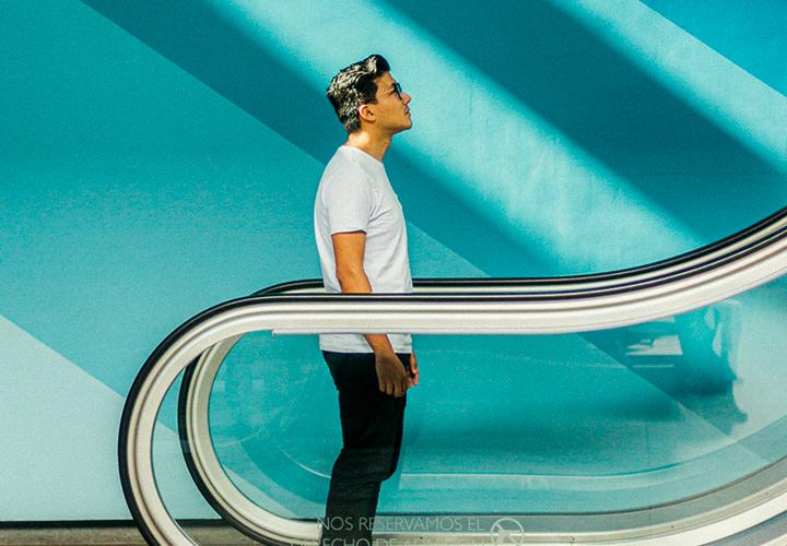 Photo d'un homme sur un escalator - Valoriser ses expériences professionnelles