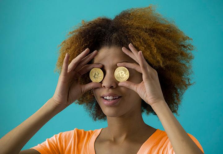 Photo représentant une femme avec des pièces - Webmarketing avec peu de budget