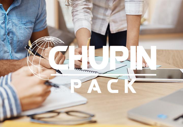 Photo représentant l'activité d'un.e chargé.e de RH avec le logo blanc de l'entreprise Chupin Pack