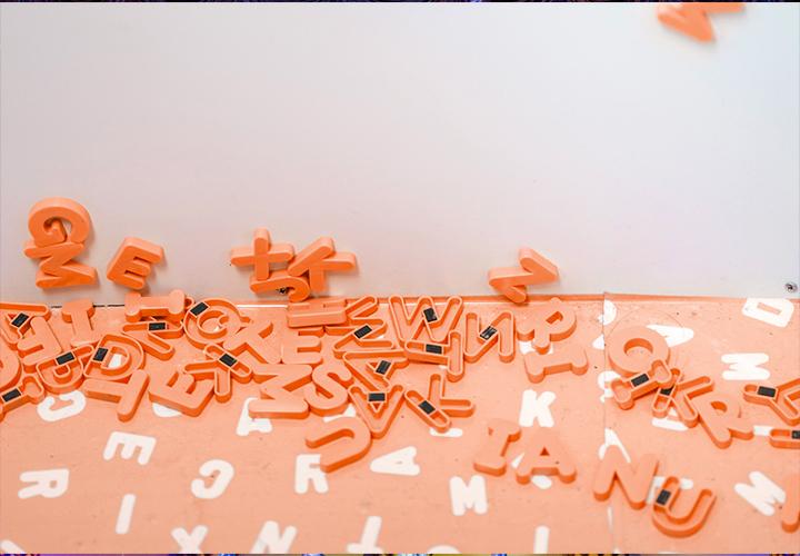 Photo représentant des aimants en formes de lettres - Marque employeur