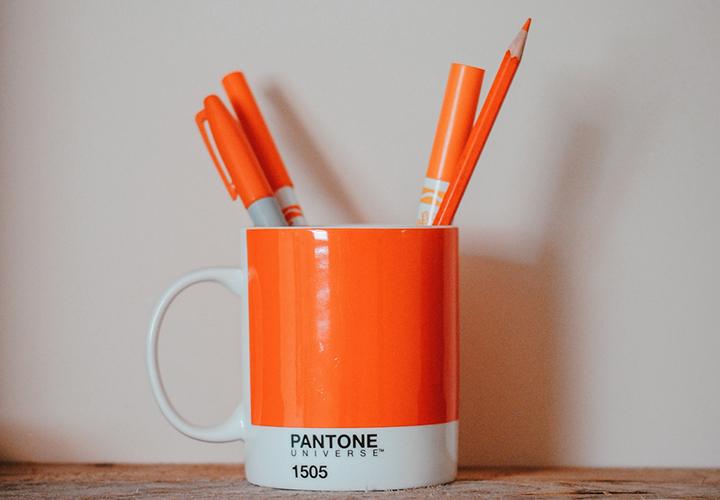 Photo représentant une tasse faisant office de pot à crayon - Outil PME