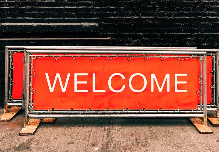 """Photo représentant un panneau où il est inscrit """"welcome"""" - Intégration nouveau collaborateur"""