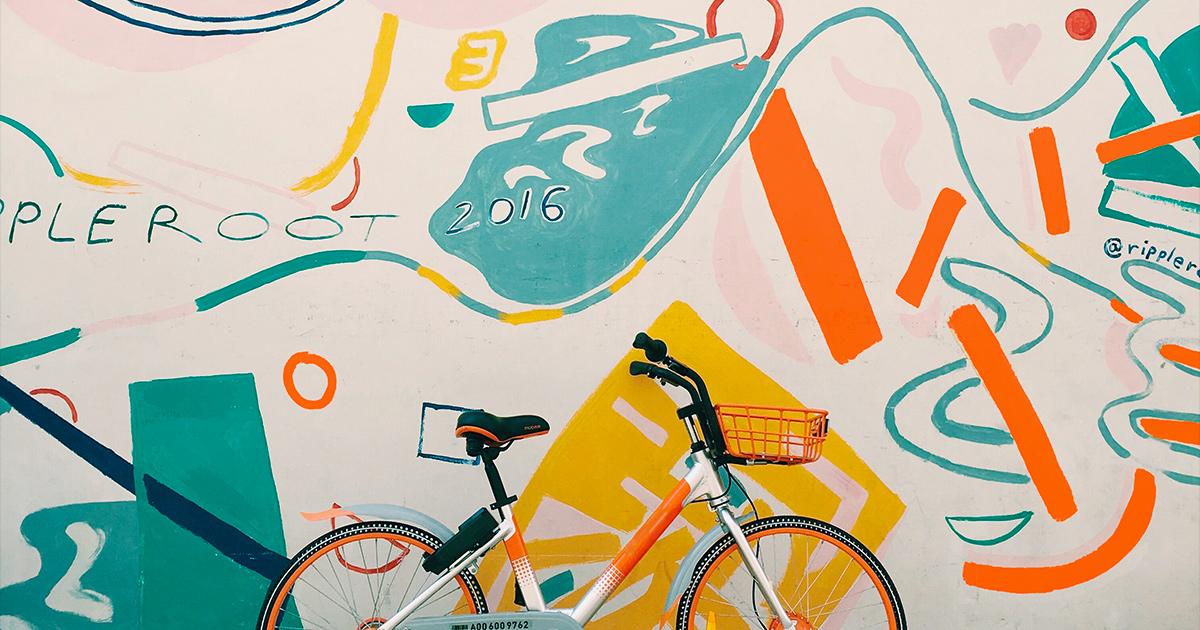 Photo représentant un vélo devant une fresque murale - RSE